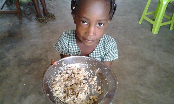 Ein warmes Mittagessen für die Kinder aus Lomé