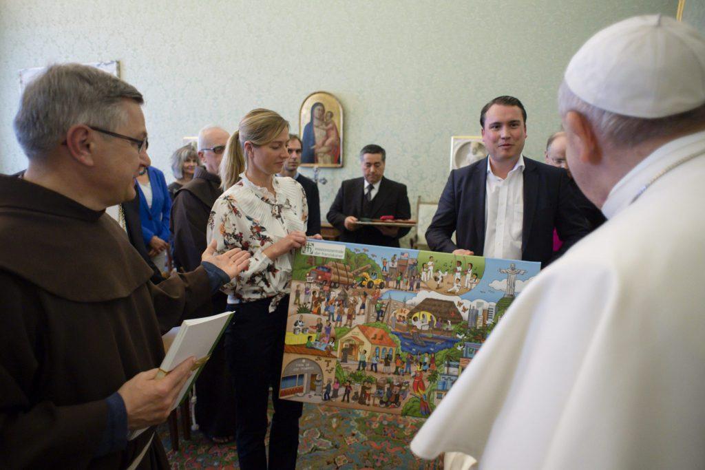 Übergabe Wimmelbild MZF an Papst Franziskus