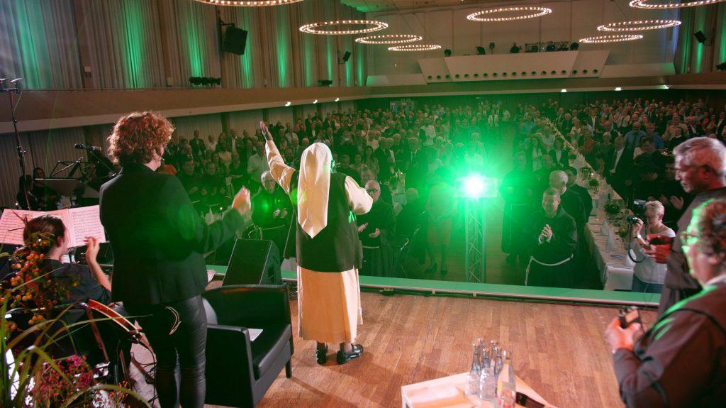 Schwester Cecilia aus Uganda auf der MZF-Bühne
