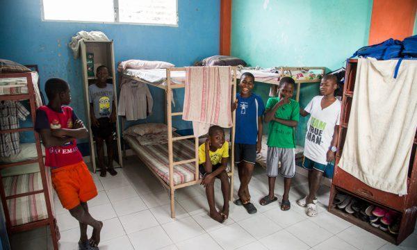 Kleidung und Schuhe für 40 Straßenkinder und -Jugendliche