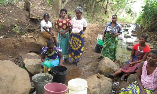 Ein neuer Brunnen mit Solarpumpe, Wasserleitungssystem und Ökologietrainingsprogramm