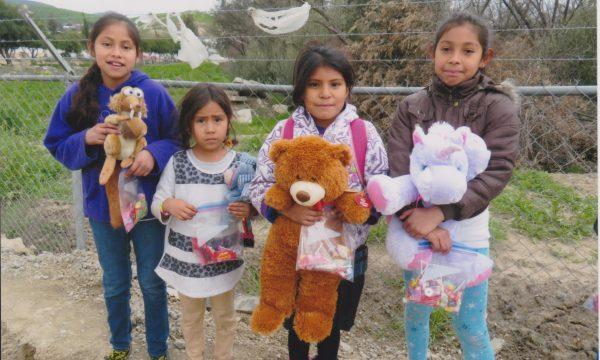 Weihnachtsessen und Geschenke für arme Kinder in Mexiko und ihre Familien
